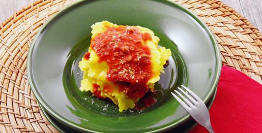 Tortelloni con ripieno di formaggio e ragù di carne