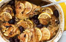Pollo al forno con cipolle, limone, timo e olive nere