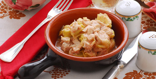 Cappone con anolini e salsa al prosciutto