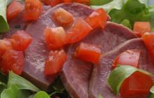Linguetta di vitello su letto d' insalata
